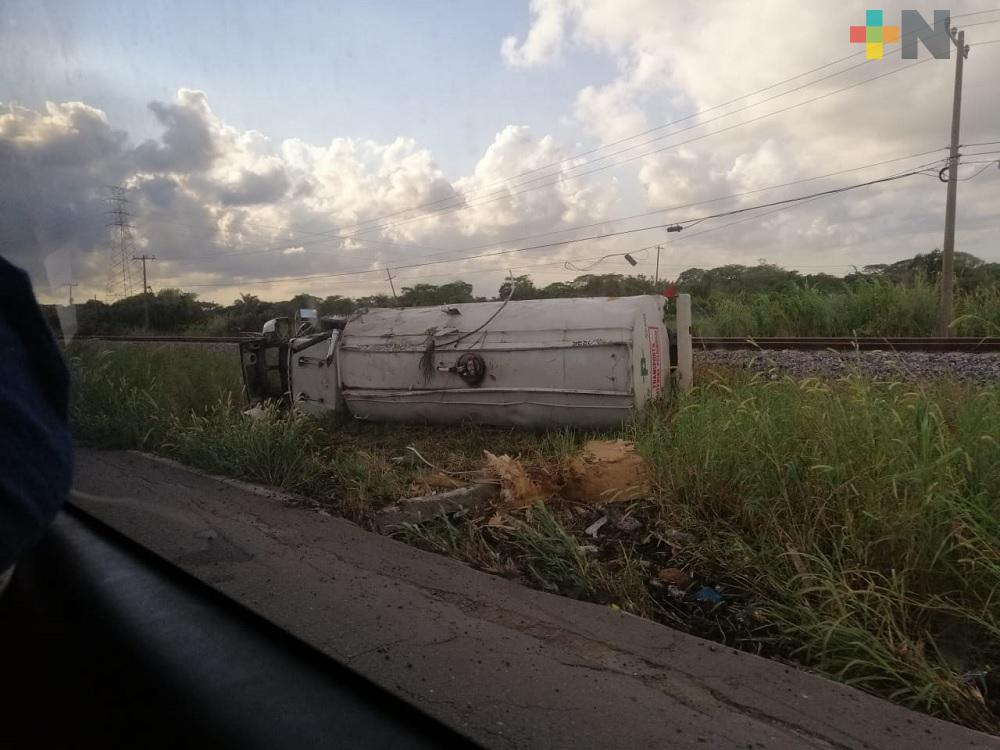 Vuelca pipa en carretera Coatzacoalcos-Villahermosa; sin lesionados