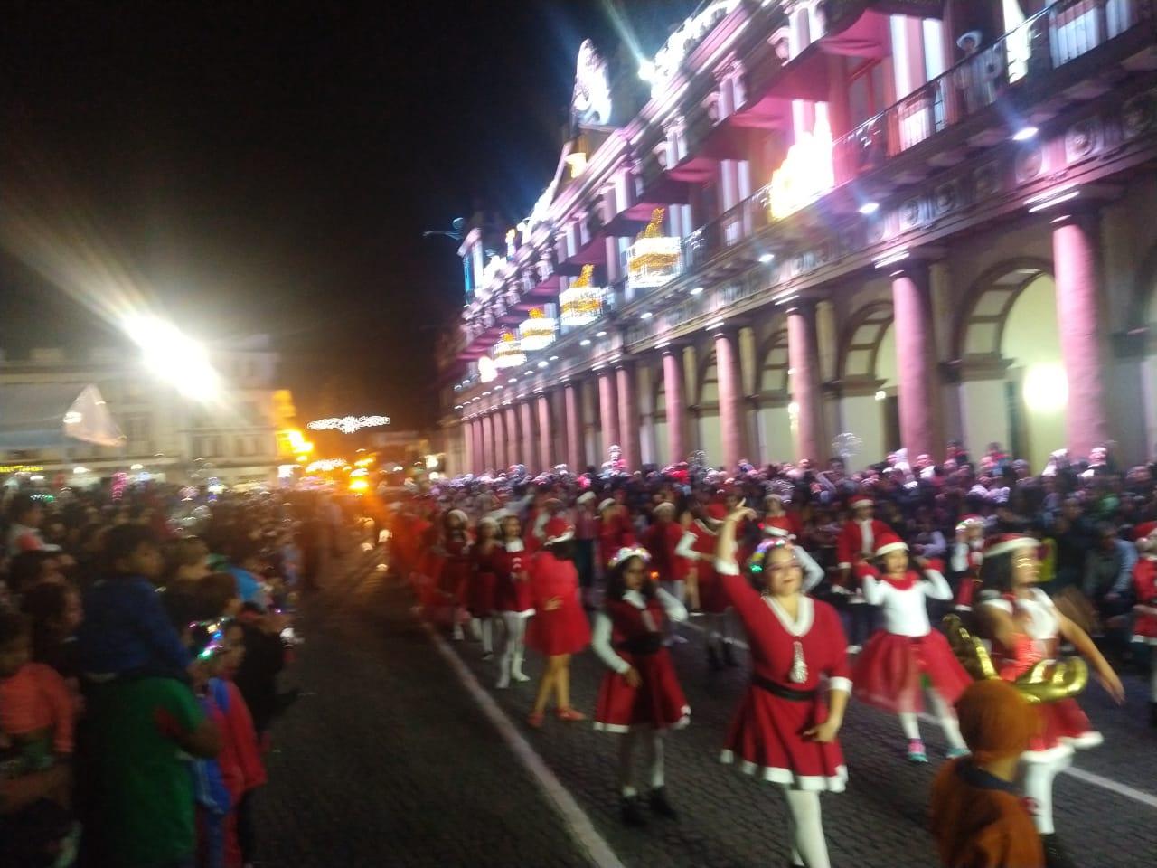 Desfile Navideño iluminó el centro de Xalapa