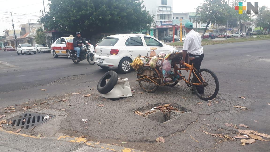 Sin tapa dos registros de drenaje en avenida Cuauhtémoc, Veracruz