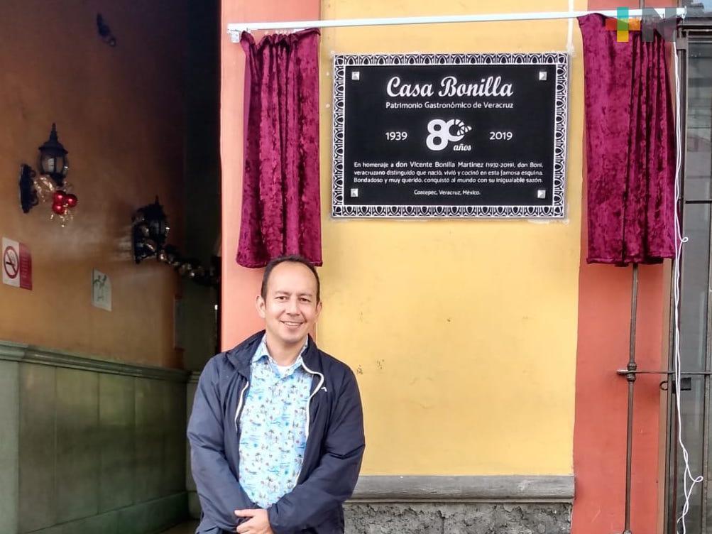 Devela restaurante Casa Bonilla de Coatepec, placa de 80 aniversario