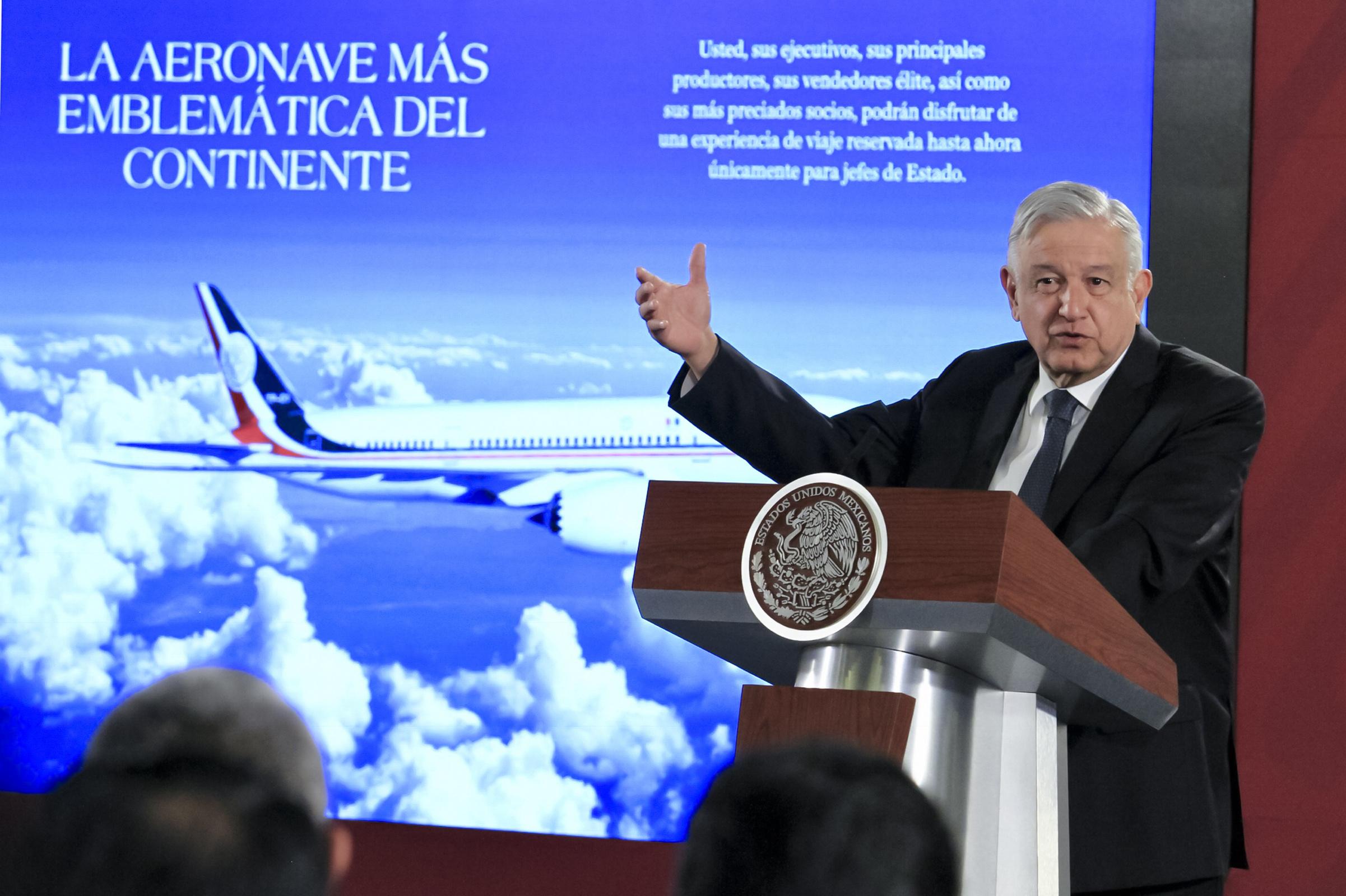 Rifar avión presidencial, una de las opciones: AMLO