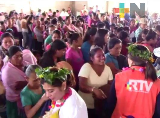RTV cumple: «Arropando con Amor» llegó a la comunidad indígena de Zonzonapa, en Huayacocotla