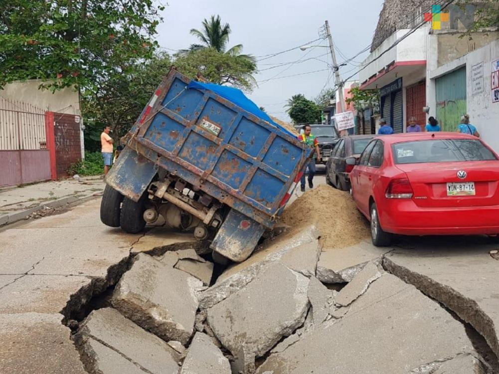 Camión de volteo a punto de hundirse en Coatzacoalcos