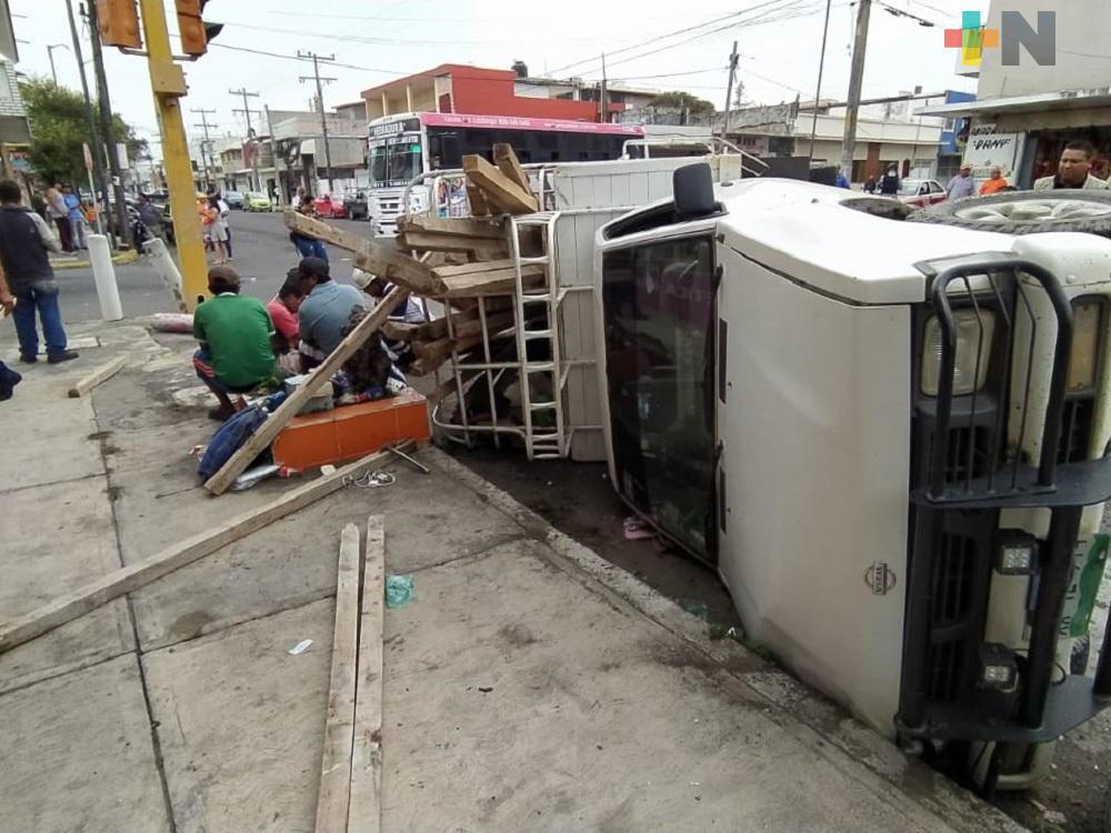Daños materiales y ocho lesionados, saldo de choque entre camión de transporte y camioneta particular