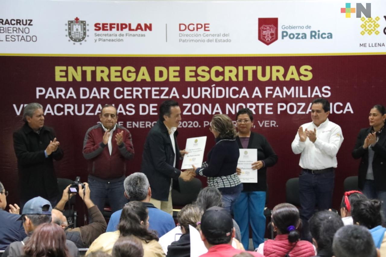 Gobernador Cuitláhuac García regulariza patrimonio de familias con entrega de  escrituras legítimas