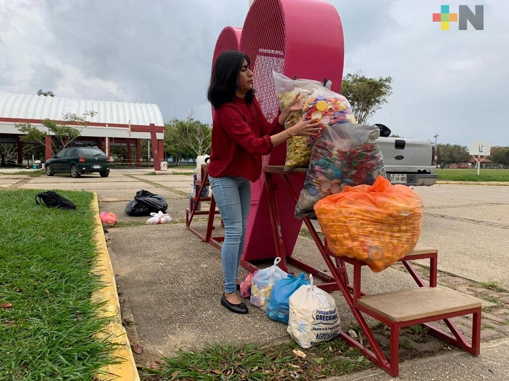 Instalan contenedor de tapitas de plástico para beneficiar a niños con cáncer