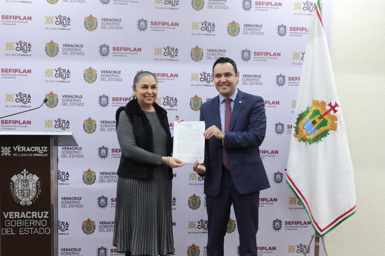 Tras 5 años de falsas promesas de otros gobierno, Cuitláhuac paga deuda de la UV