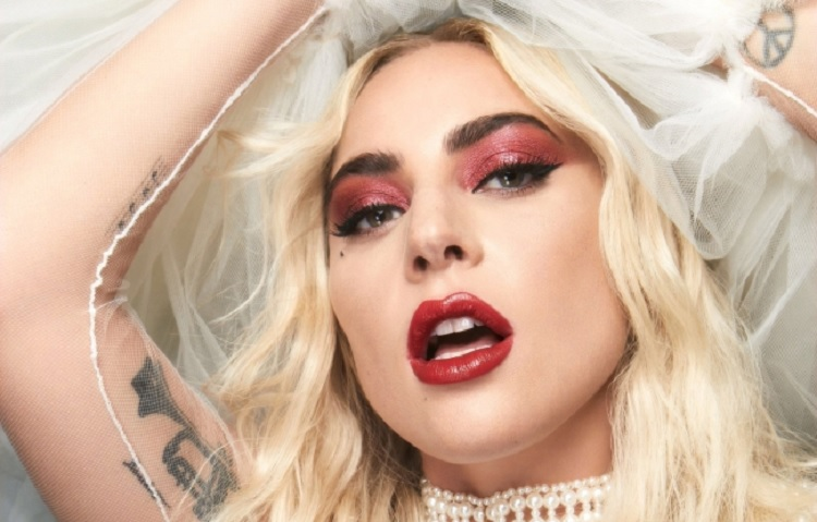 Lady Gaga confiesa que vive entre el éxito y el dolor