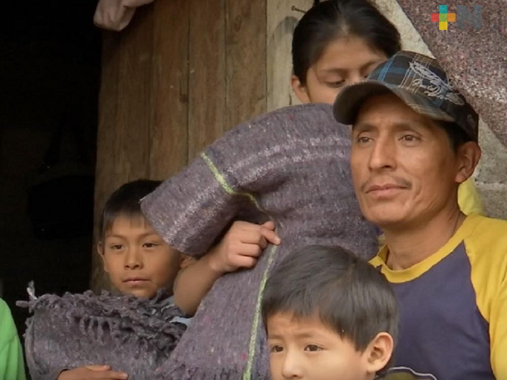 Protección Civil de Teocelo entrega cobijas a familias más vulnerables