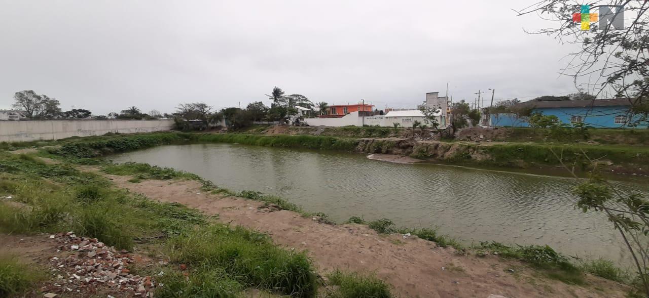 Descargas de preconcreto y otros residuos contaminan laguna Laureles, denuncian vecinos