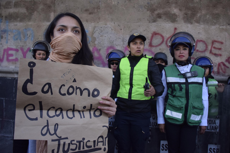 Mujeres protestan en Palacio Nacional contra los feminicidios