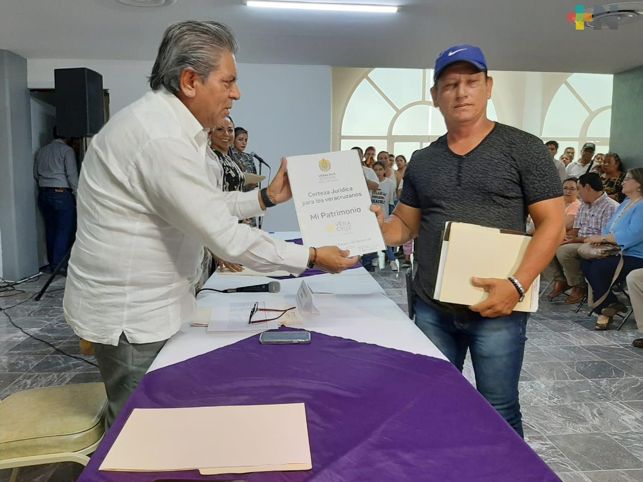 Familias de la zona Centro-Golfo reciben escrituras