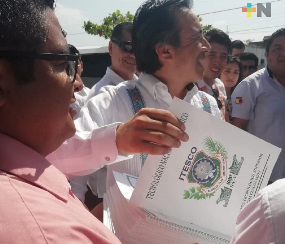 Gobernador Cuitláhuac García entrega títulos a egresados del Itesco