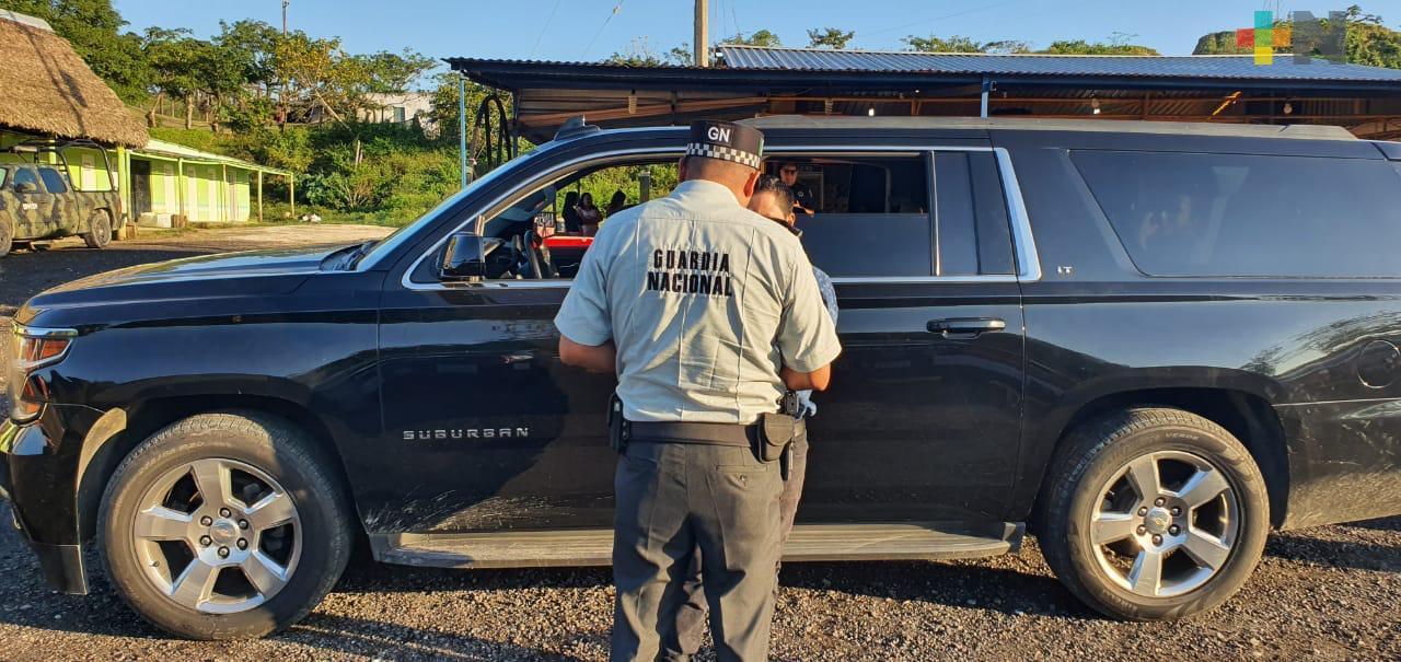 Rescatan a 19 migrantes que viajaban en camionetas