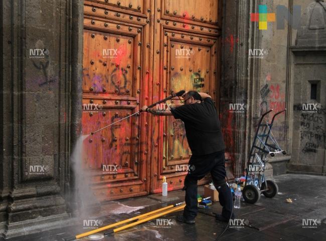 Trabajan en remoción de pintas en Palacio Nacional