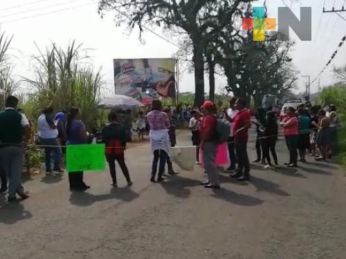 Padres de familia tomaron carretera estatal Tapia- Naranjal; piden destitución de directora