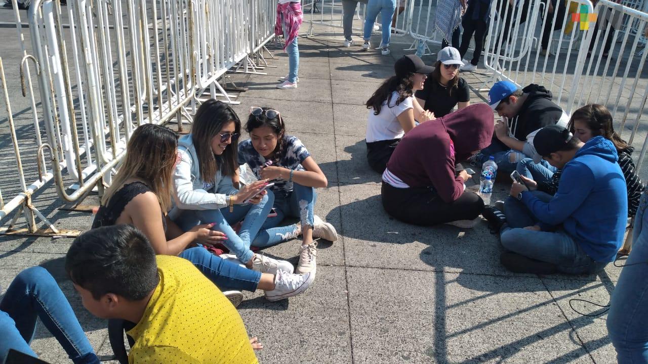 Jóvenes acampan en malecón de Veracruz para concierto masivo del reguetonero Sech