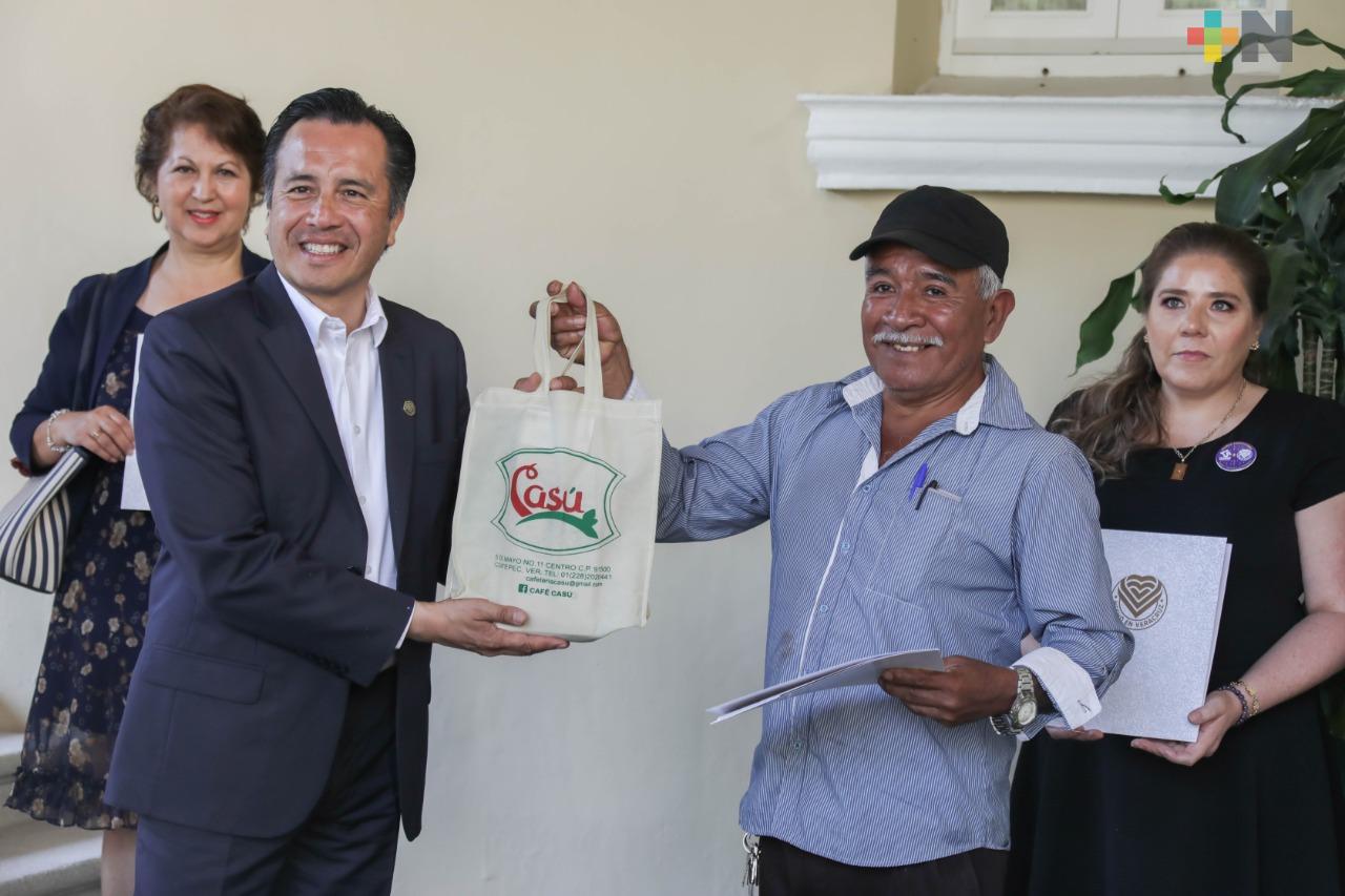 """Entrega gobernador Cuitláhuac García a empresas la certificación de marca """"Hecho en Veracruz"""""""