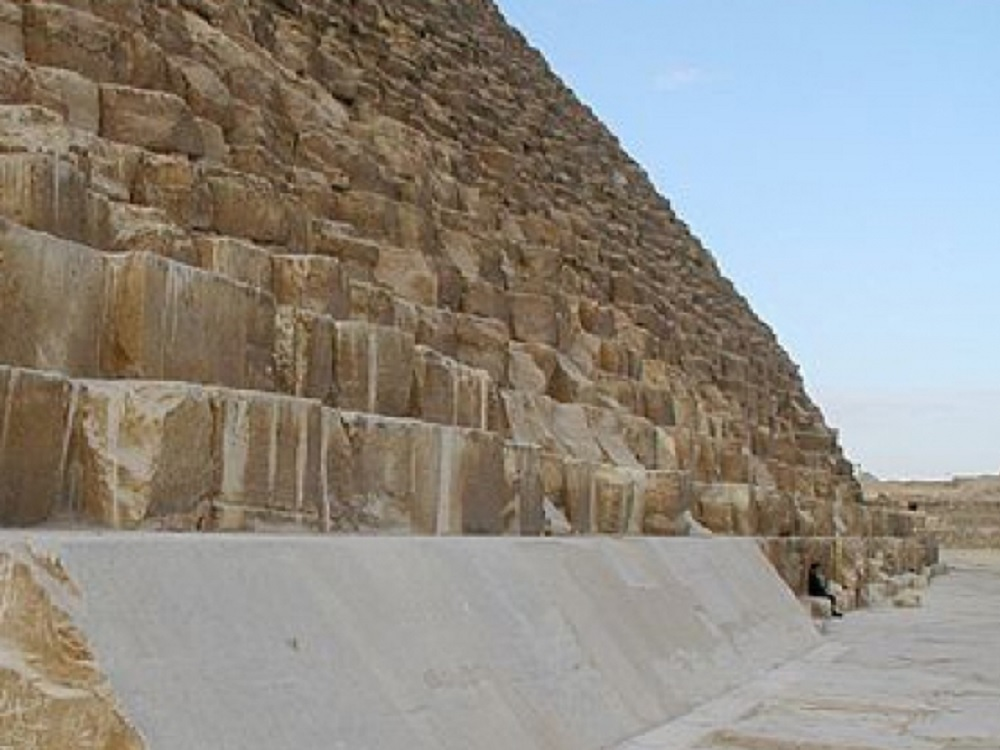 Desinfectan zona arqueológica de las Pirámides de Giza