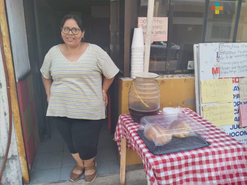 Ofrece alimentos gratis a quienes se han quedado sin  trabajo