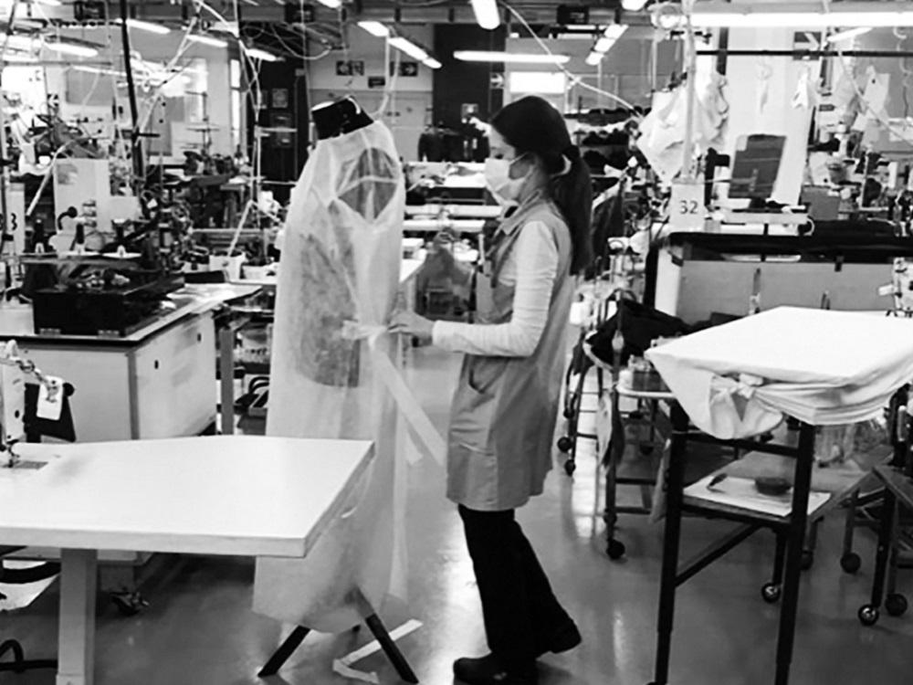 Armani fabrica batas para personal médico que lucha contra el Covid-19