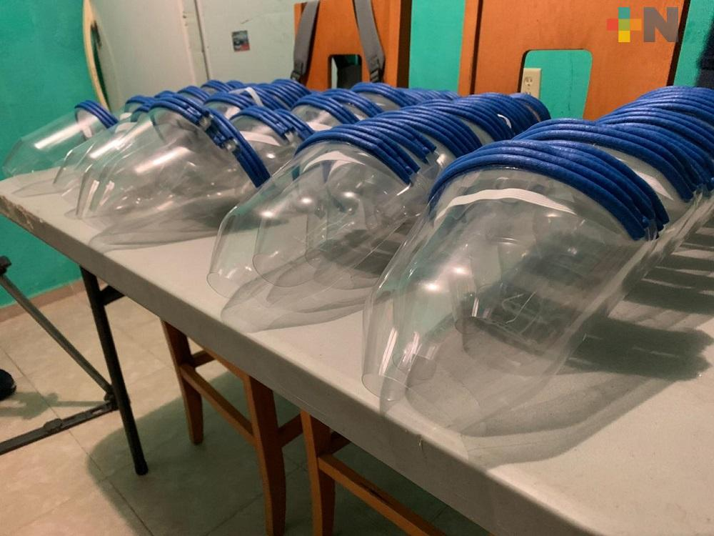 Con material reciclado elaboran caretas para donar a médicos de Coatzacoalcos