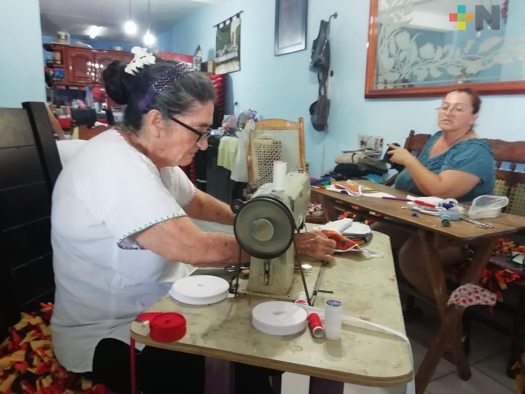 Doña Dula elabora y regala cubrebocas a los porteños en estos días de contingencia
