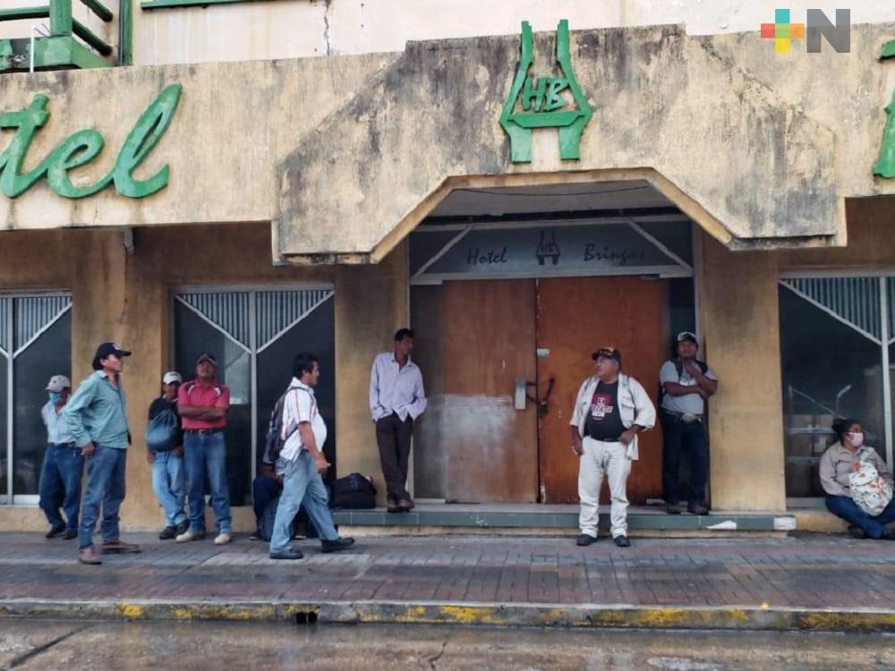 En Coatzacoalcos, obreros buscan trabajo en medio de contingencia