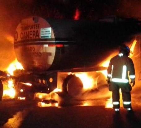 Espectacular incendio de pipa en la carretera Coatzacoalcos-Minatitlán