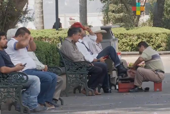 Aún hay personas paseando en el centro de Xalapa