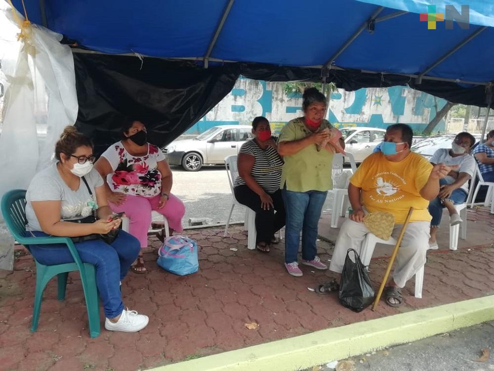 Personas con familiares internados en clínica del IMSS, se rehúsan a dejar  instalaciones