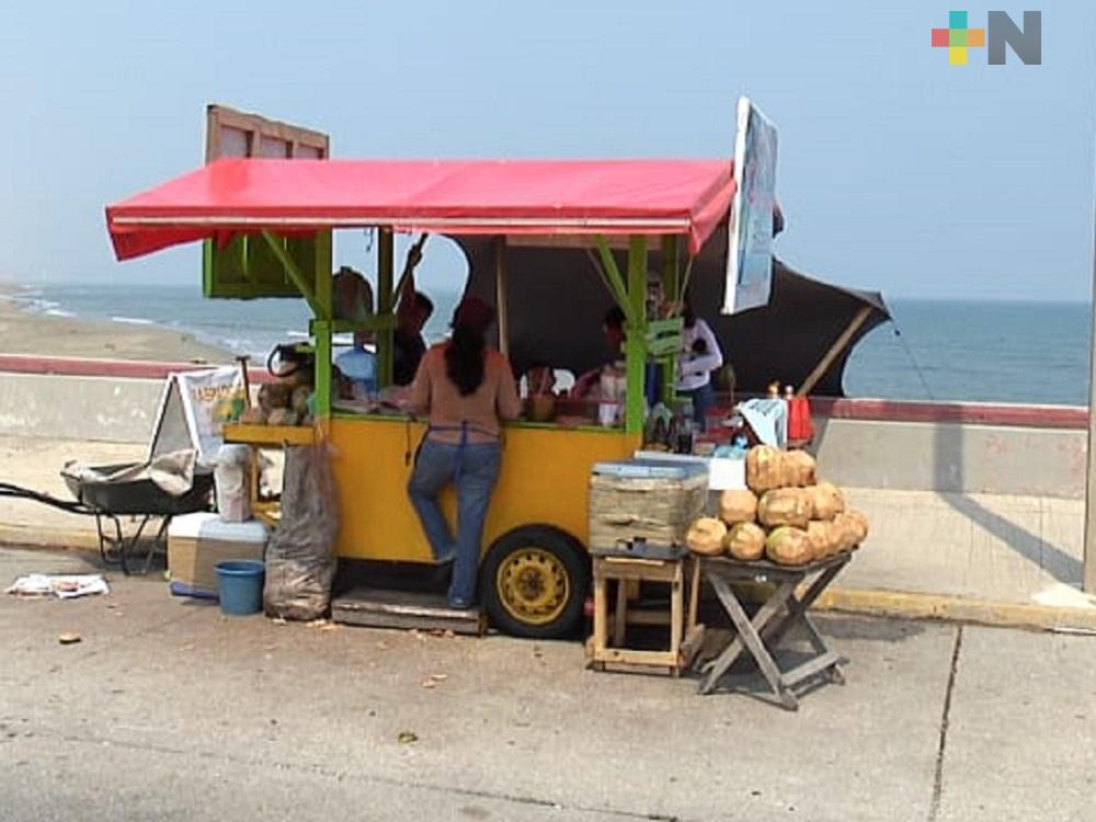 Vendedores de cocos del Malecón de Coatzacoalcos batallan con las bajas ventas