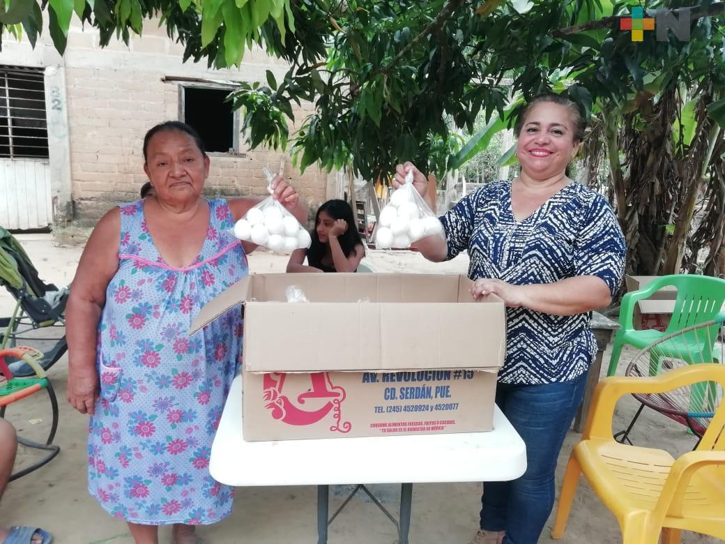 Entregan huevos a habitantes de Oteapan, donados por paisano que vive en EUA