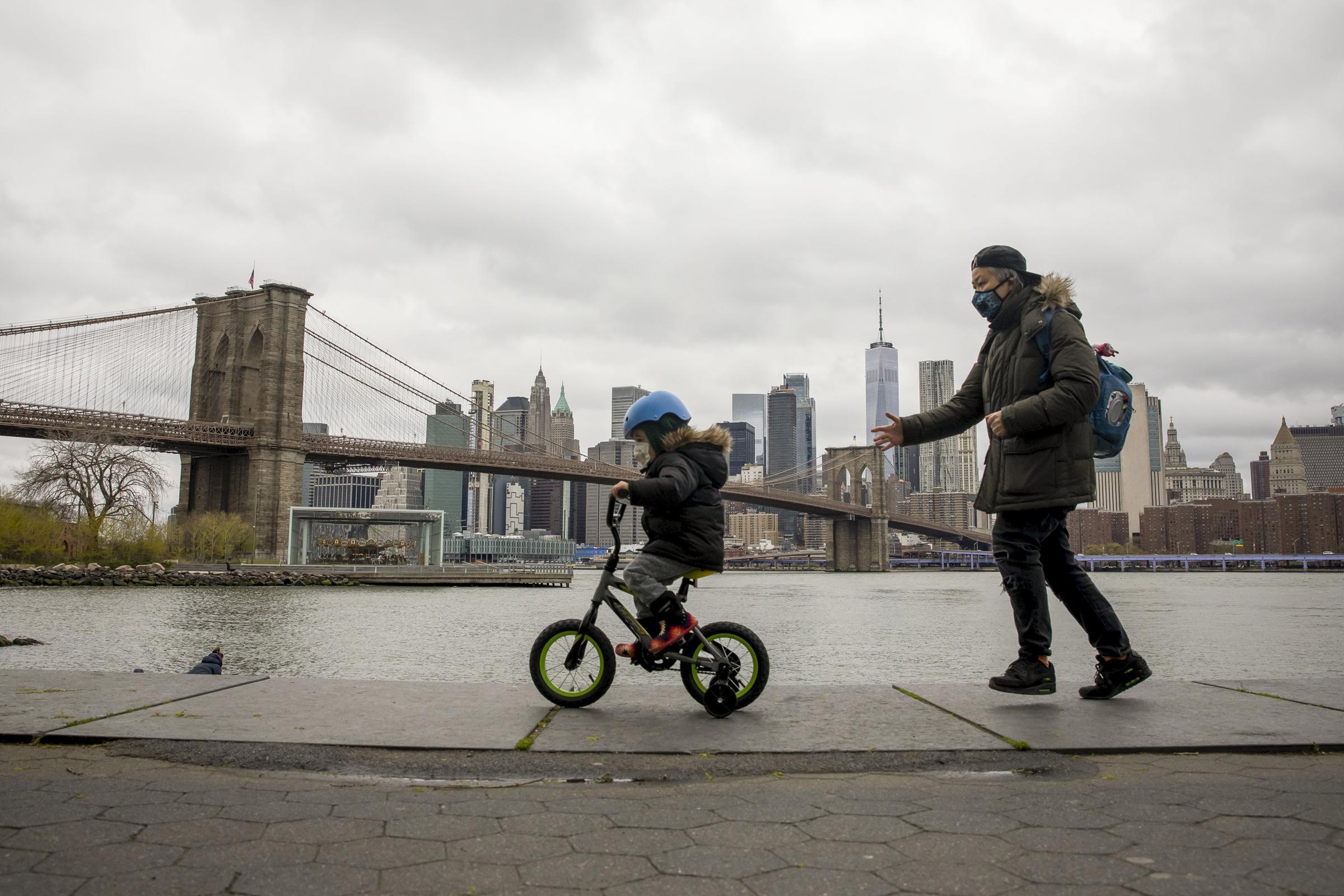 Después de reportar unos 200 mil contagios de COVID-19, Nueva York inicia su primera fase de recuperación