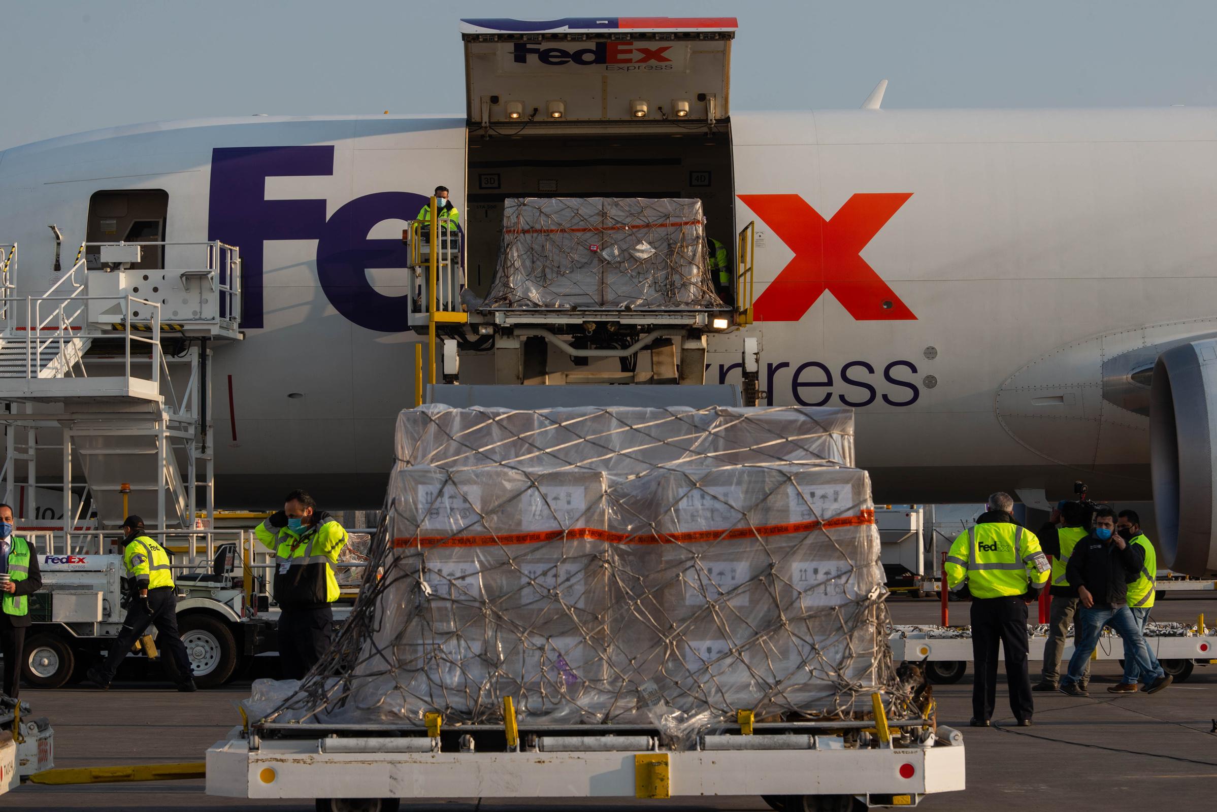 Llega a México segundo vuelo con ventiladores de EUA
