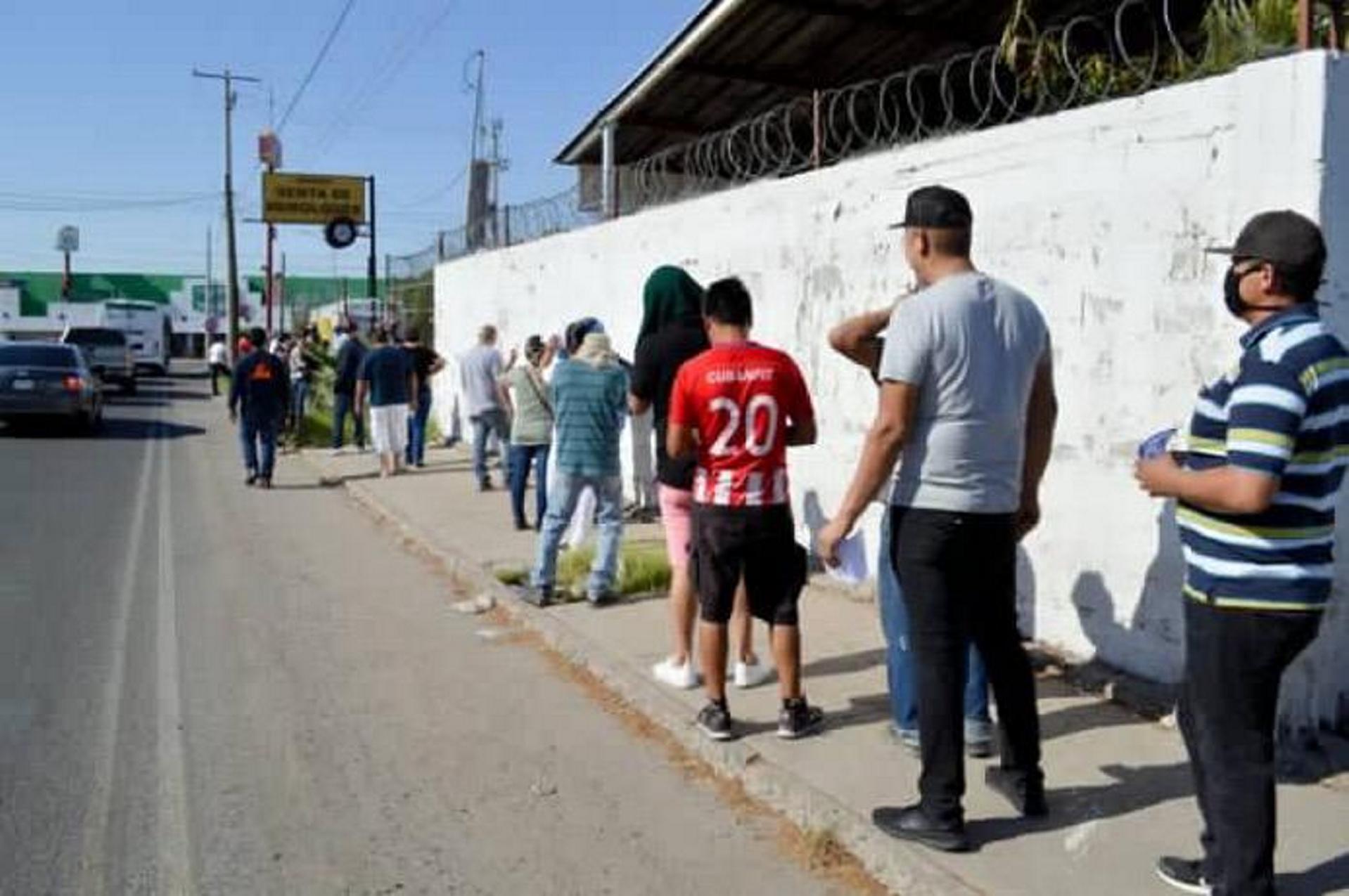 Filas para comprar cerveza en Sonora causan primer contagio de COVID-19