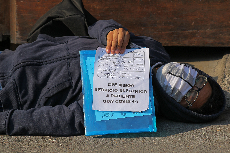 Enfermo de COVID-19 protesta en Palacio Nacional porque le cortaron la luz