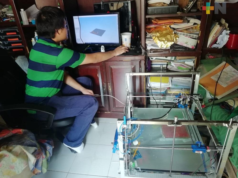 Adolescente de Minatitlán diseñó impresora 3D; produce caretas anti COVID-19 para donarlas
