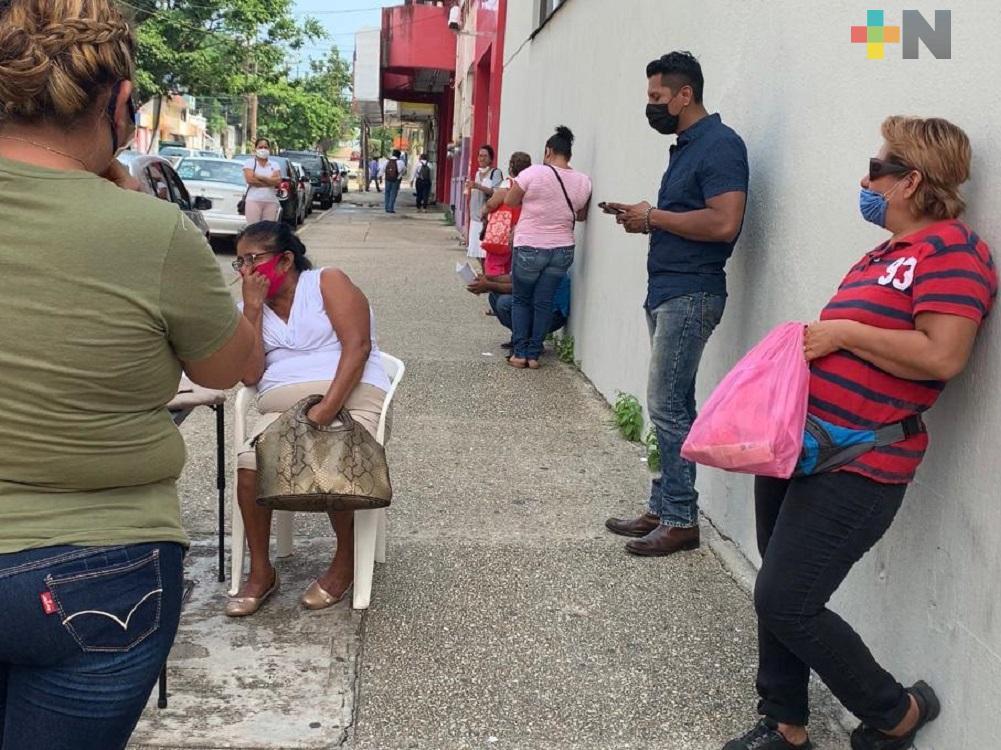 Con sana distancia, beneficiarios de Tandas para el Bienestar hacen filas para recibir apoyos