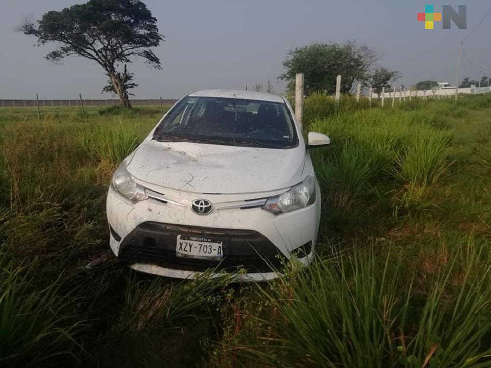 Conductor pierde control de su auto, termina fuera de la carretera Antigua a Minatitlán