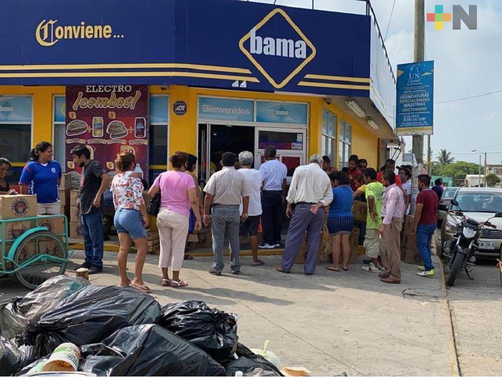 Sin medidas de prevención, decenas de personas hacen fila para comprar cerveza en Coatzacoalcos