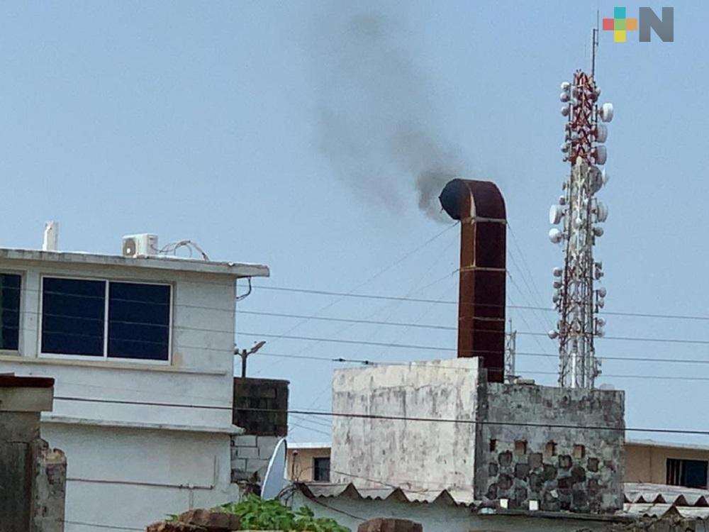En Coatzacoalcos, colonos se quejan de humo que expulsa crematorio; piden se reubique