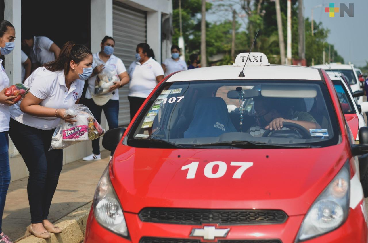 Taxistas y músicos reciben despensas en Tres Valles