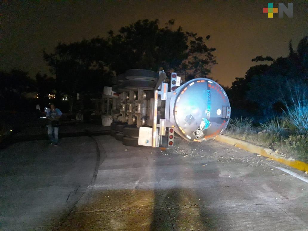 Vuelca autotanque cargado en Coatzacoalcos