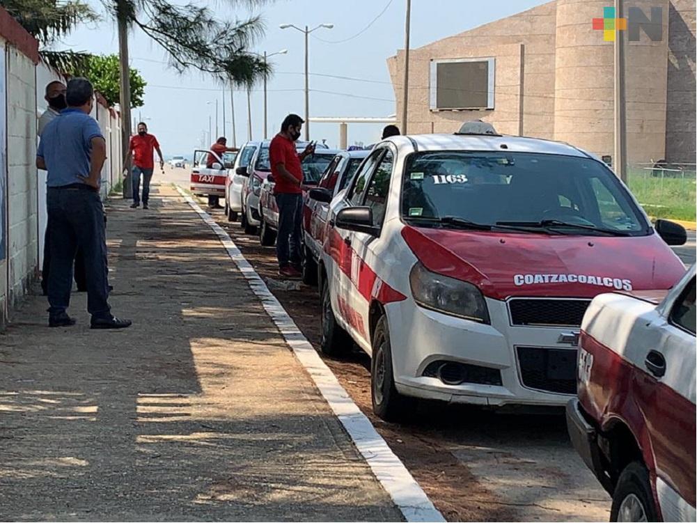 250 taxistas de Coatzacoalcos desinfectan de forma periódica sus unidades