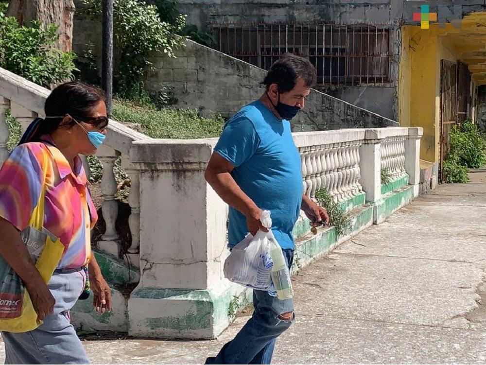 Taxistas de Coatzacoalcos ayudan a cargar bolsas de clientes para asegurar corrida