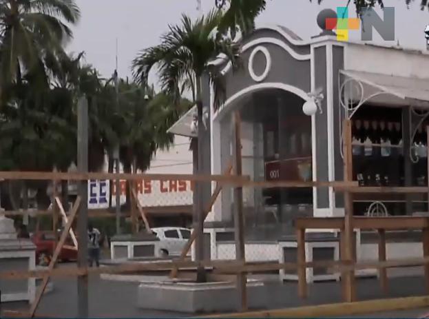 Ayuntamiento de Veracruz cercó con madera y malla el camellón del tranvía del recuerdo