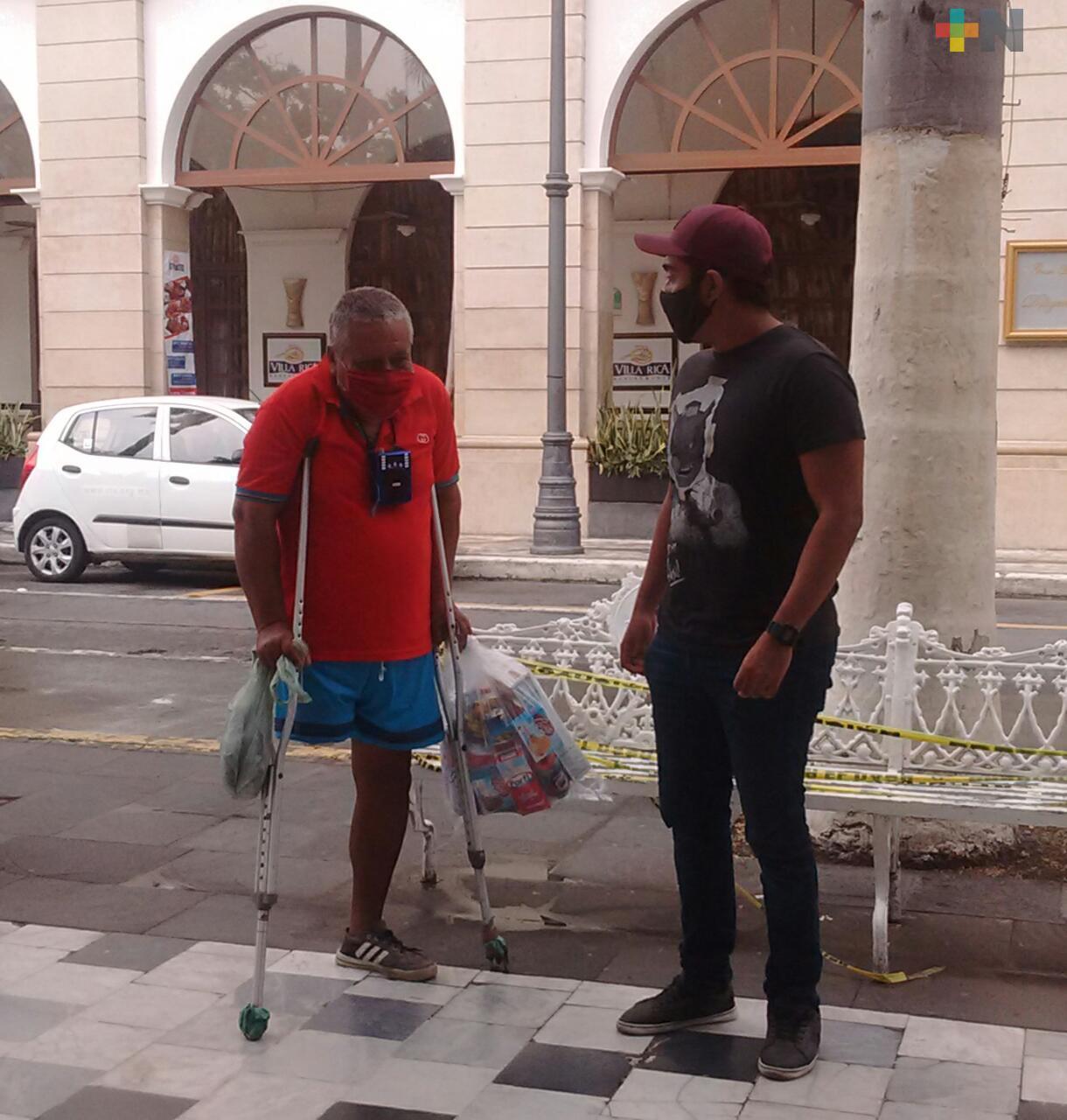 Ciudadanos entregan despensas a personas de la tercera edad en situación vulnerable, en Veracruz
