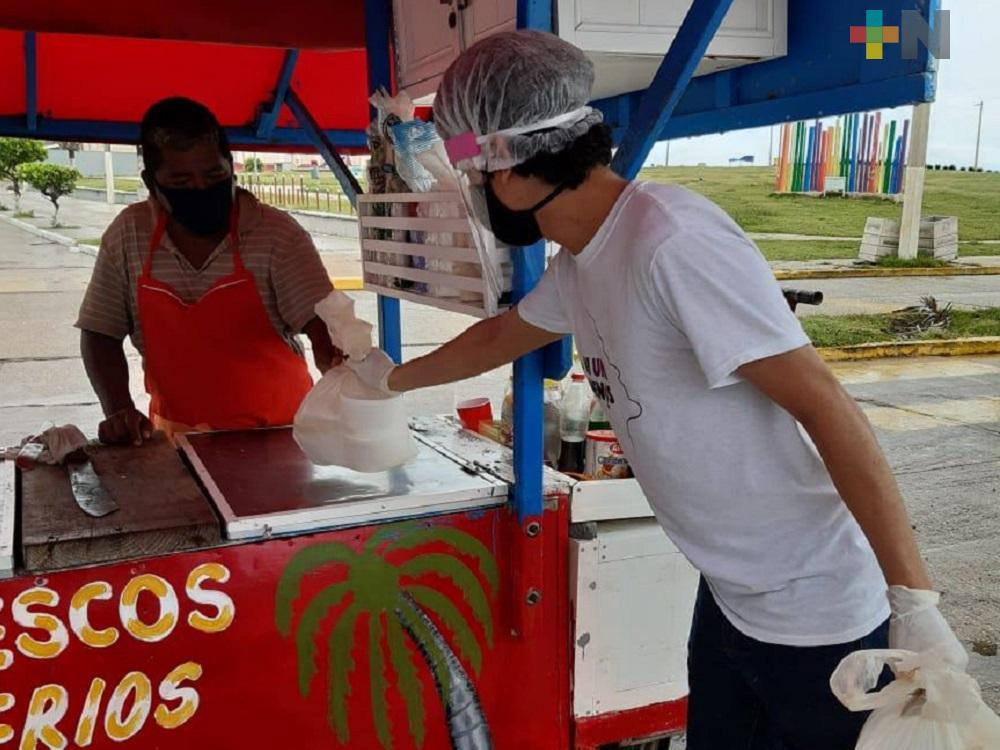 Agrupación reparte plato de comida a vendedores ambulantes de Coatzacoalcos