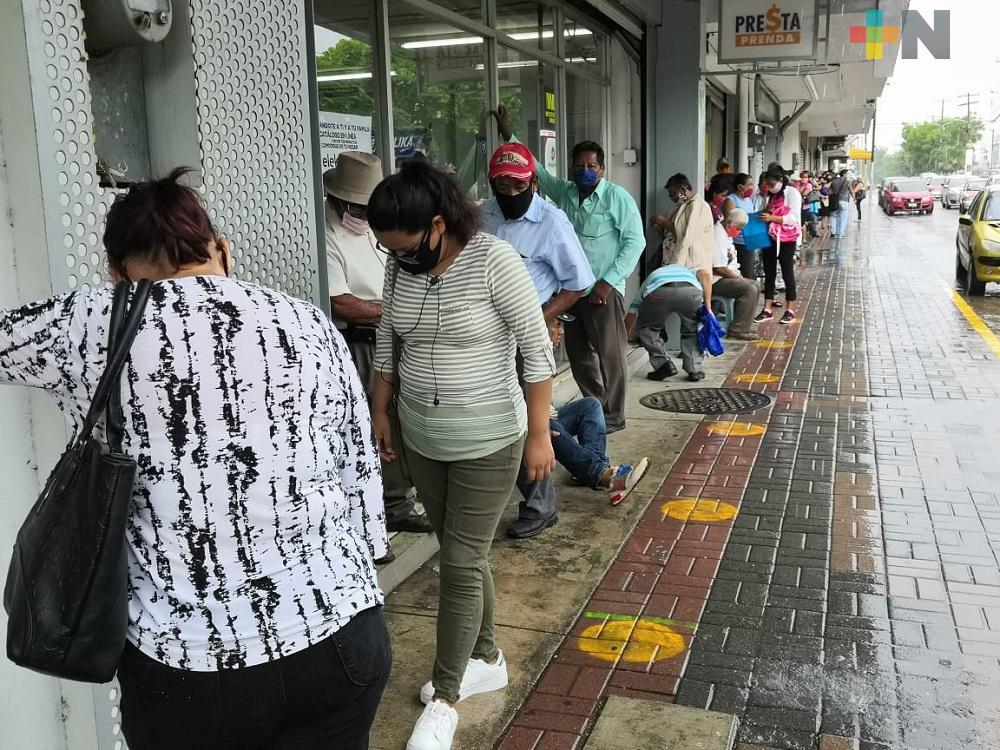 En Coatzacoalcos, nuevamente se registran largas filas en bancos sin respetar sana distancia